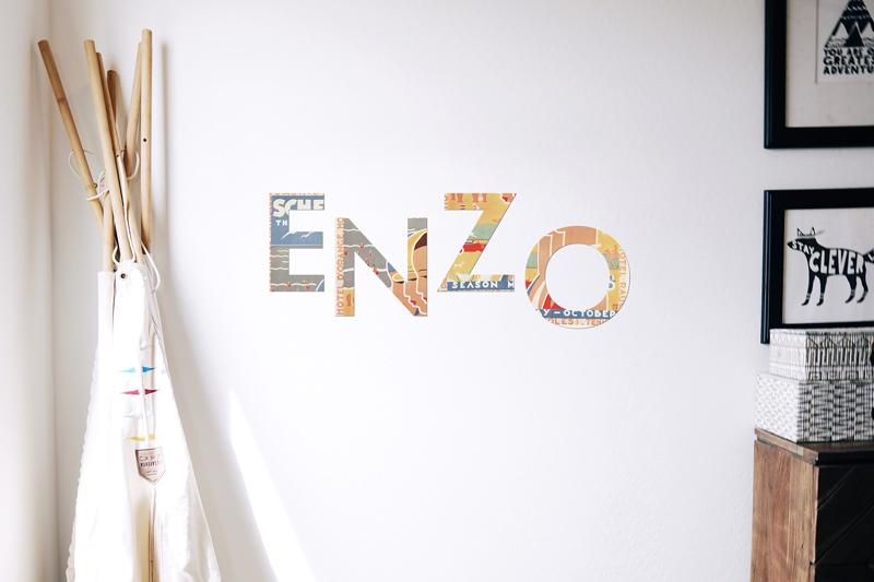 Grandi lettere decorazione fatte a mano da impressioni pubblicitarie riciclate